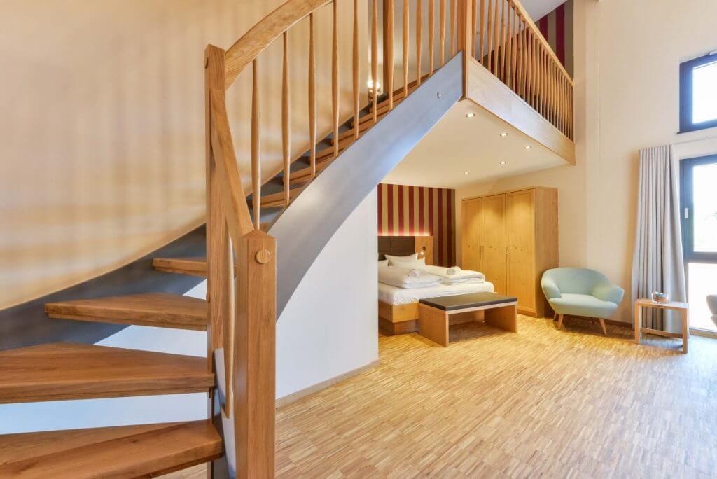 Zimmer mit Treppe